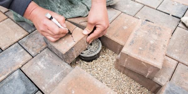 Präzision bei Pflasterarbeiten und im Straßenbau.